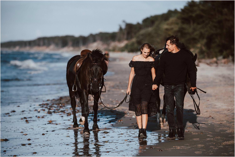 sesja narzeczeńska z koniem nad morzem
