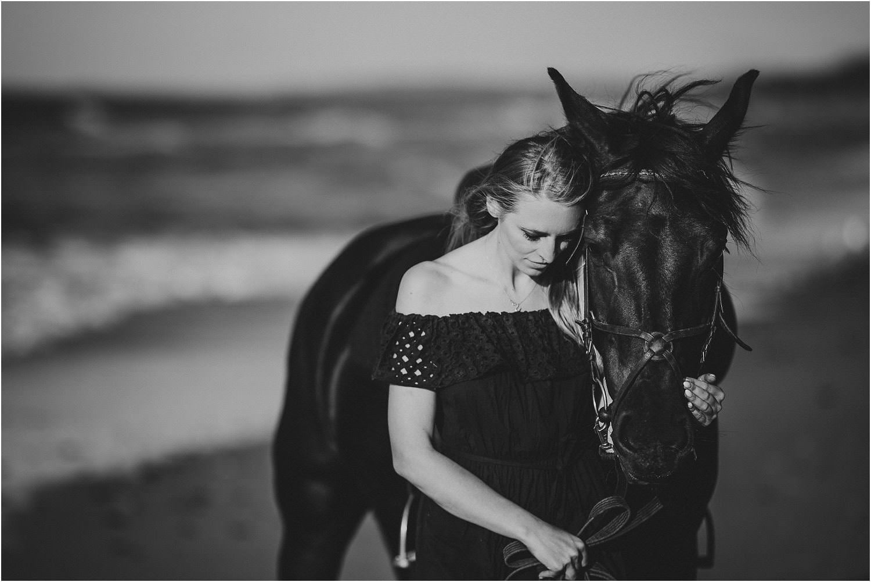 sesja z koniem nad morzem
